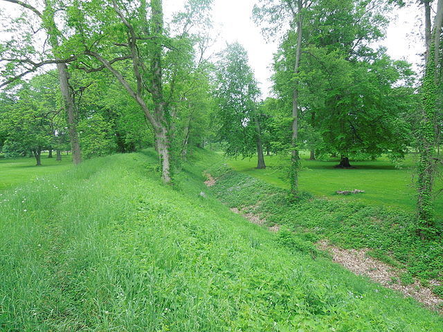 Newark_Earthworks_Wall_and_Moat